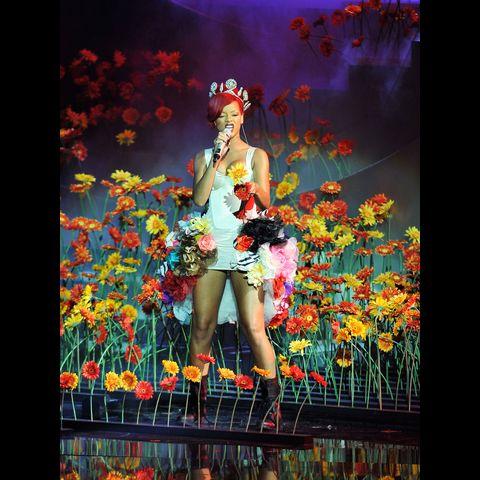 http://mtvema.mtvnimages.com/2010/images/flipbooks/2010-highlights/Rihanna-GarethCattermole-106618716.jpg?width=480&height=480&matte=true&matteColor=black