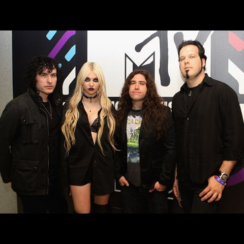 https://mtvema.mtvnimages.com/2010/images/flipbooks/2010-backstage/TaylorMomsen-DaveJHogan-106617882.jpg?width=480&height=480&matte=true&matteColor=black