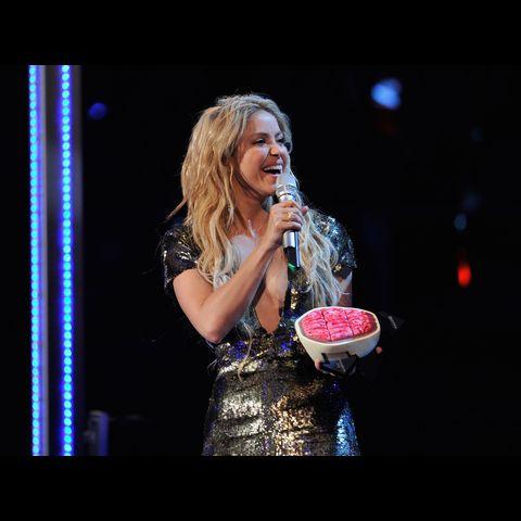https://mtvema.mtvnimages.com/2010/images/flipbooks/2010-winners/Shakira-GarethCattermole-106618468.jpg?width=480&height=480&matte=true&matteColor=black